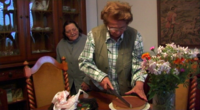 """Annita """"Laila"""" Malavasi und Gina """"Sonia"""" Moncigoli mit Kuchen (Still 3)"""